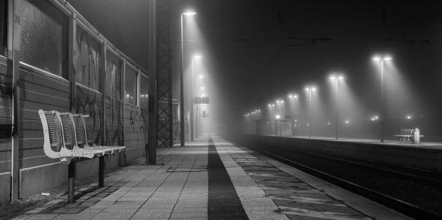 Canon 700d - 20 mm | a foggy evening on the Hemsbach station
